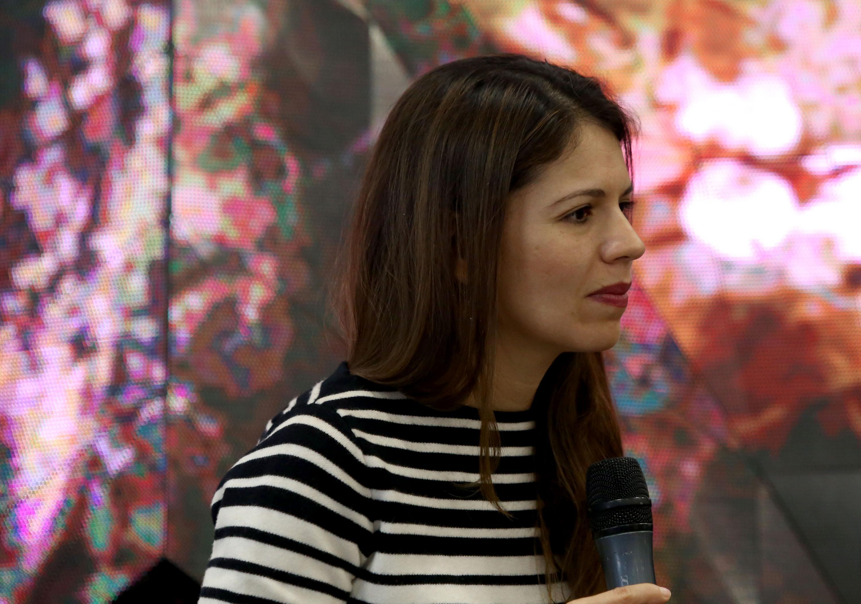 Paulina Soto Oliver escuchando las preguntas del publico
