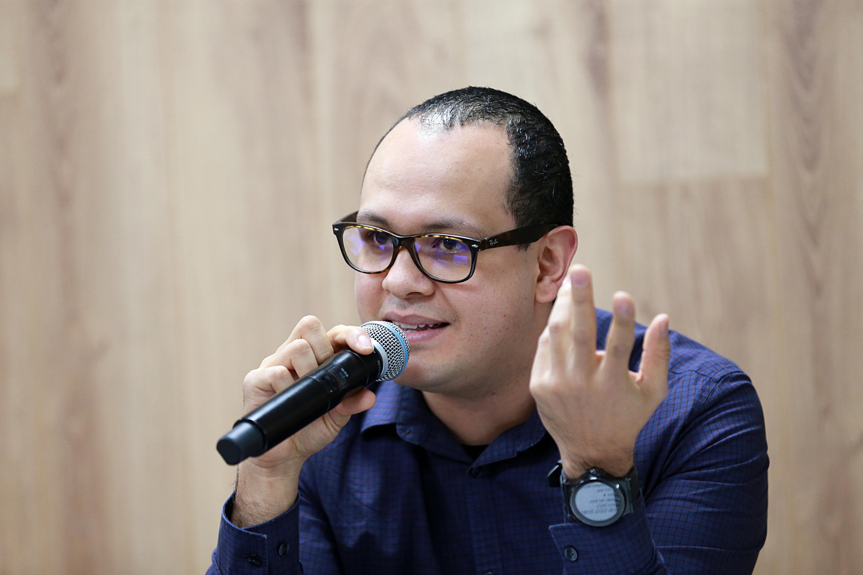 Licenciado Iván Vázquez Colunga, Coordinador del Centro Cultural Teatro Diana;con micrófono en mano, haciendo uso de la palabra; durante rueda de prensa.
