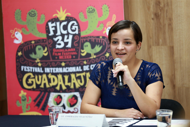 Licenciada Esmeralda Vivas Nuñez, integrante del panel de rueda de prensa, con micrófono en mano, haciendo uso de la palabra.