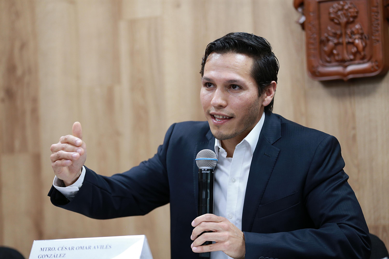 Maestro César Omar Avilés González, Director Ejecutivo de Fundación Universidad de Guadalajara, AC; con micrófono en mano haciendo uso de la palabra.