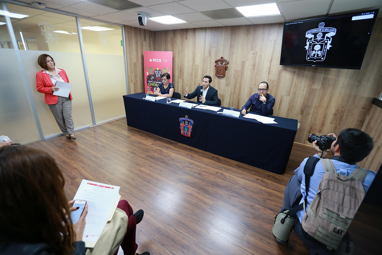 """Vista panorámica de la rueda de prensa, para dar a conocer el programa de las """"Galas a beneficio"""" de la edición 32 del Festival Internacional de Cine de Guadalajara."""