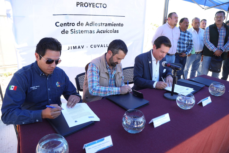 Director de la JIMAV, Christian Rivera Becerra, Secretario de Medio Ambiente y Desarrollo Territorial de Jalisco, Mtro. Sergio Humberto Graf Montero y Rector del CUValles, José Luis Santana Medina; firmando el proyecto del Centro de Adiestramiento de Sistemas Acuícolas.