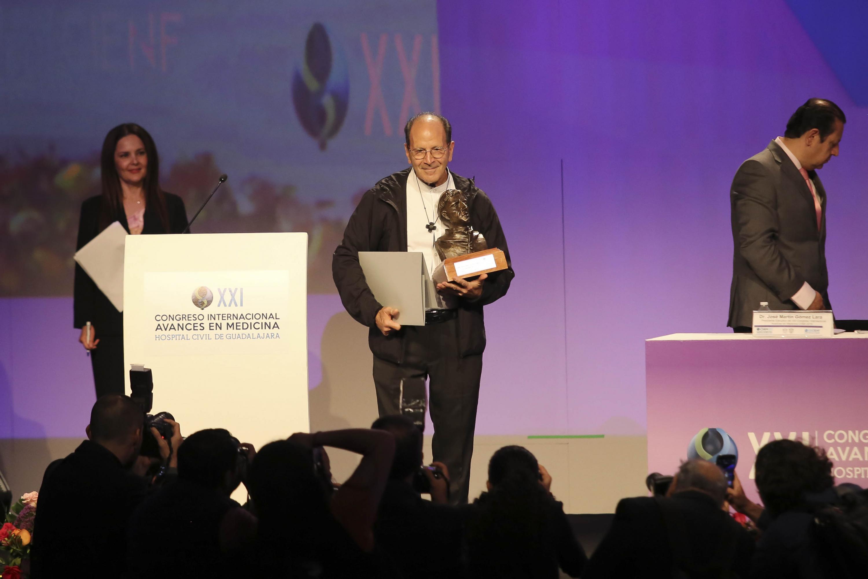 """Sacerdote Alejandro Solalinde Guerra, mostrando su premio """"Fray Antonio Alcalde"""""""