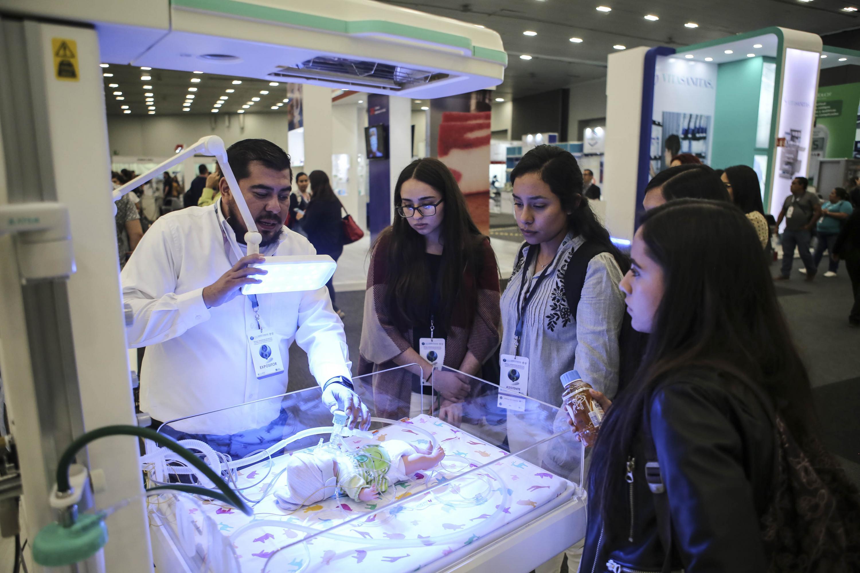 Expositor haciendo una muestra a los asistentes
