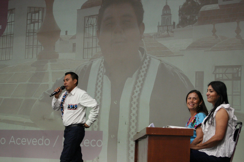 Octavio Domínguez Rosas, joven indígena nahua, haciendo uso de la palabra