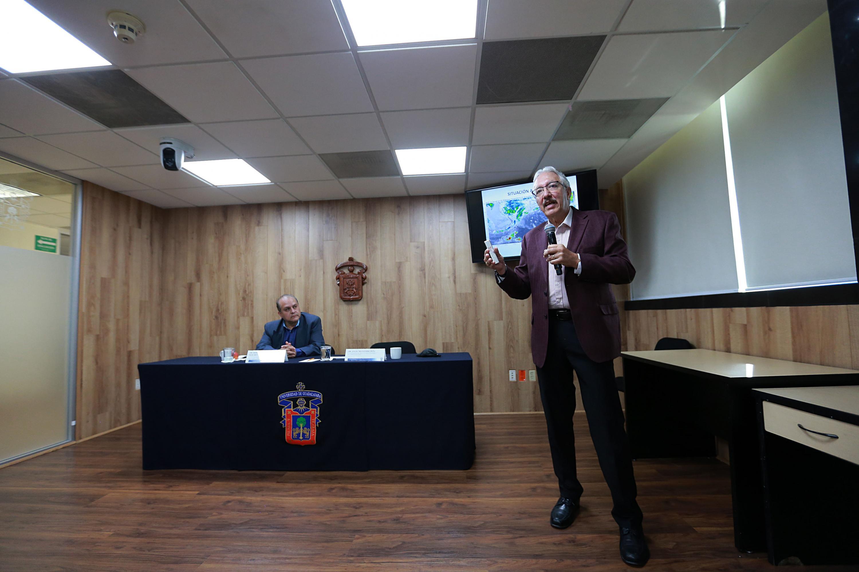 Investigador del Instituto de Astronomía y Meteorología (IAM), de la Universidad de Guadalajara (UdeG), doctor Ángel Meulenert Peña, haciendo uso de la palabra