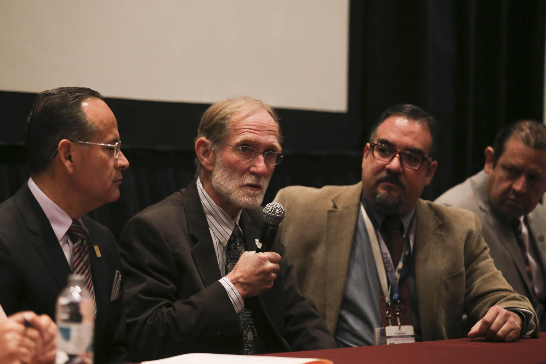 """Doctor Peter Agre, profesor de la Universidad de Duke, en Estados Unidos, hablando frente al micrófono durante su conferencia magistral  """"Canal de Agua de la Acuaporina: De la Estructura Atómica a la Medicina Clínica""""."""