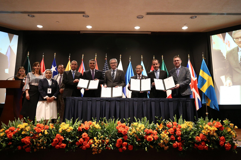 Fotografía final en la que se muestran todos los acuerdos firmados en esta ceremonia
