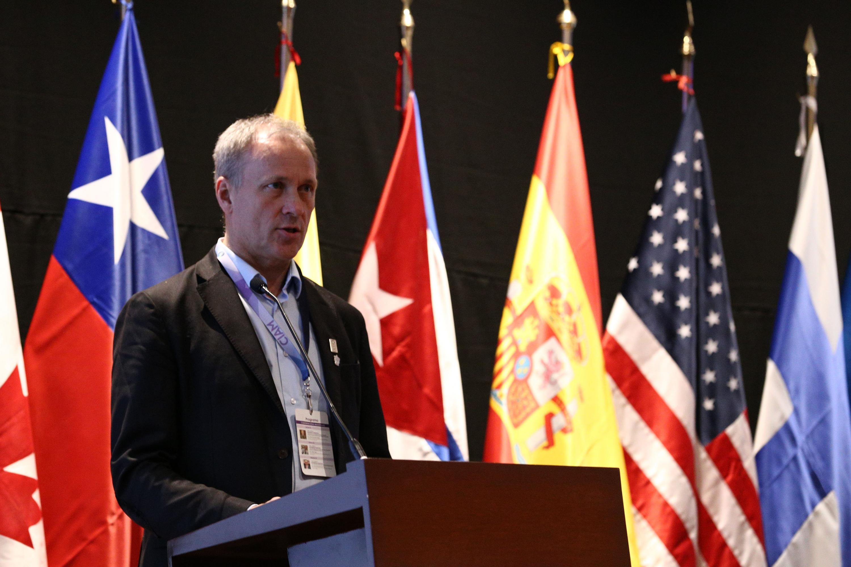 Uno de los representantes de las instituciones de salud internacionales hablando desde el podium a los presentes