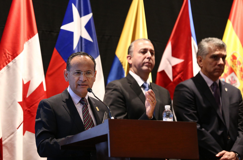 el doctor Héctor Raúl Pérez Gómez hablando al microfono desde el podium