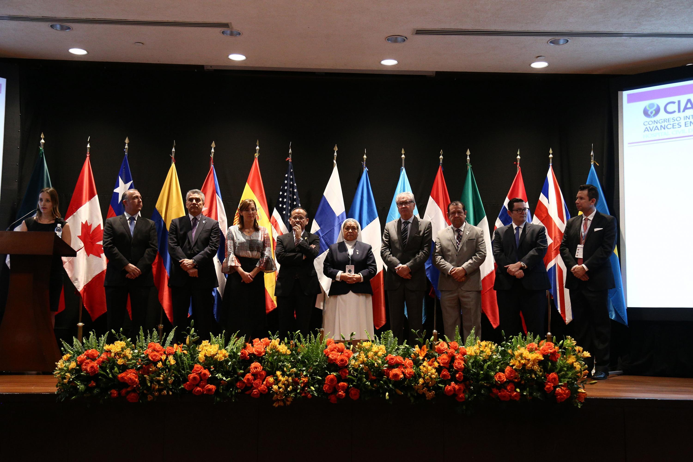 Fotografía grupal con los representantes de instituciones de salud con quien los Hospitales Civiles firmaron acuerdos