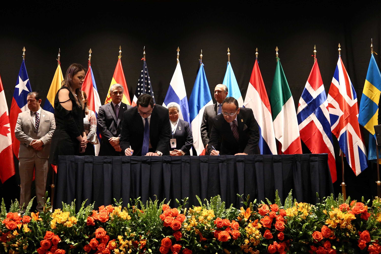 el doctor Héctor Raúl Pérez Gómez firmando uno de los acuerdos junto a los integrantes de otras instituciones
