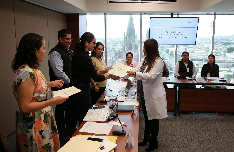 Momento en que a Karla Beatriz Amalia Mercado Richaud le es entregado un reconocimiento por parte del ANUIES