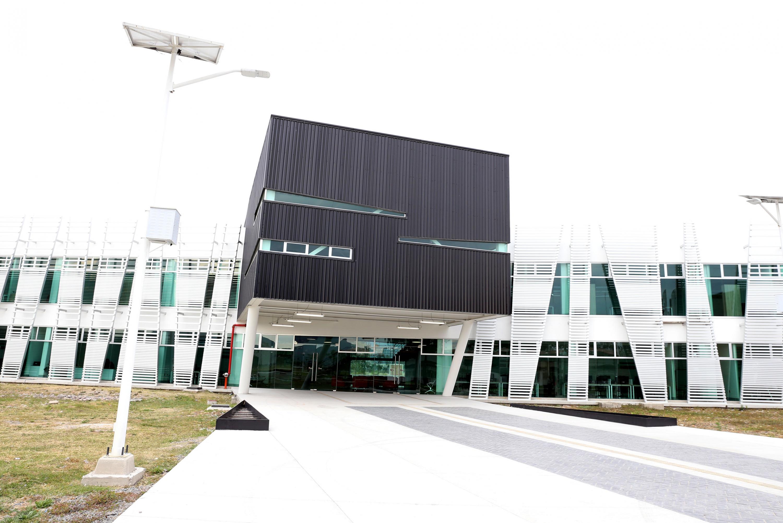 el nuevo edificio de Tutoría e Investigacion en CUCIENEGA tiene un diseño moderno con cristales obscuros