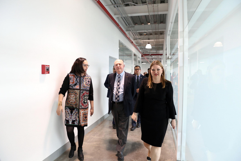 El rector general Miguel Angel Navarro Navarro durante su visita guiada por la doctora Liliana Ibeth Castañeda Rentería