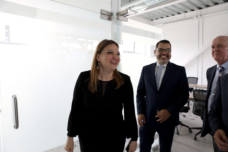 La doctora María Felicitas Parga Jiménez ·rectora del CUCIENEGA sonrie durante la visita del Rector General y el Vicerrector Ejecutivo