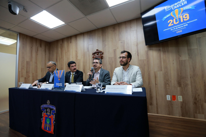 Rector del CUCEA, maestro Alberto Castellanos Gutiérrez, haciendo uso de la palabra durante rueda de prensa