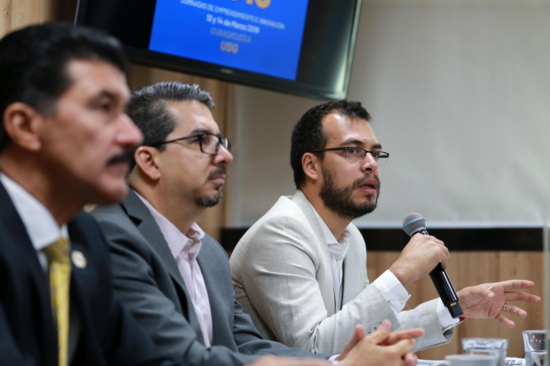 Director del LINE, maestro Jacob Durán GómeZ, hablando frente al micrófono, durante rueda de prensa