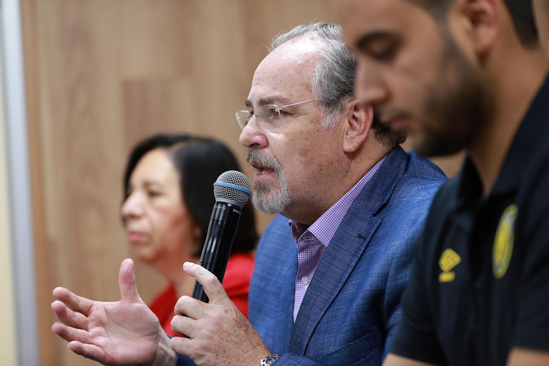 Secretario de Salud estatal, doctor Fernando Petersen Aranguren, hablando frente al micrófono durante rueda de prensa