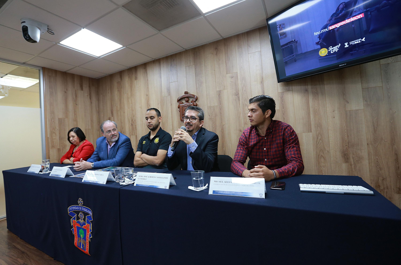 Presidente del Club Leones Negros, maestro José Alberto Castellanos Gutiérrez, hablando frente al micrófono