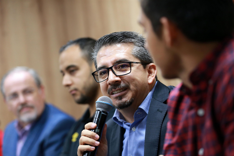 Presidente del Club Leones Negros, maestro José Alberto Castellanos Gutiérrez, participando en rueda de prensa