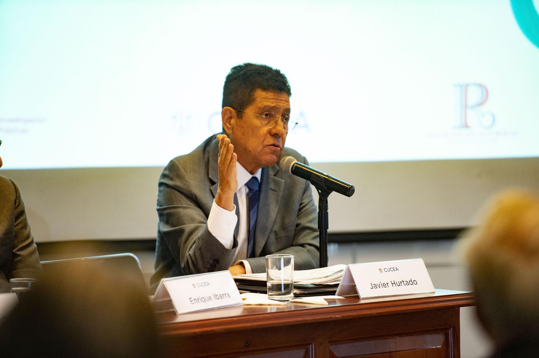 Presidente de El Colegio de Jalisco y académico del CUCSH, doctor Javier Hurtado González, haciendo uso de la voz durante el quinto coloquio