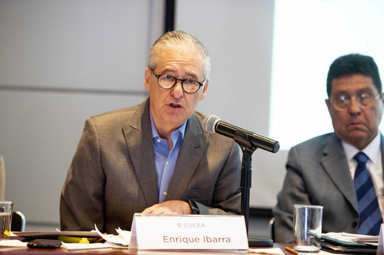 Secretario General de Gobierno de Jalisco, maestro Enrique Ibarra Pedroza, hablando frente al micrófono durante el coloquio