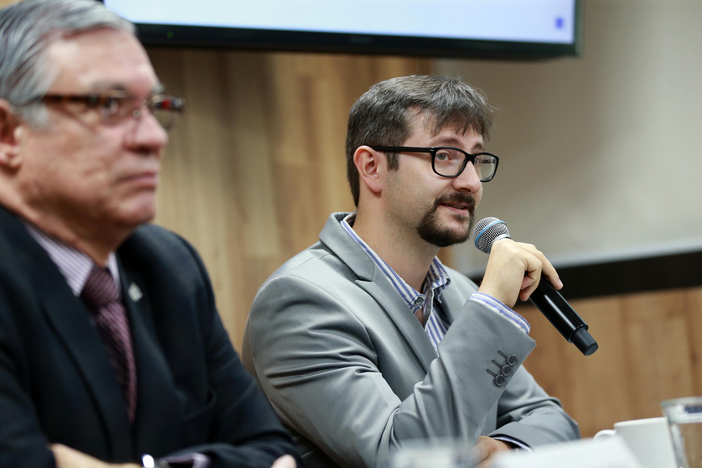 Doctor Andrea Busoletti, hablando frente al micrófono durante rueda de prensa