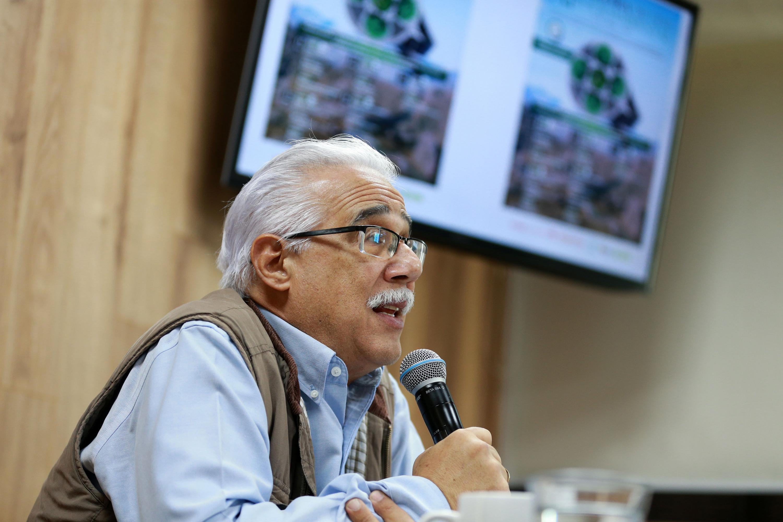 El doctor Eduardo Santana Castellón es un hombre canoso de aproximadamente 60 años de edad
