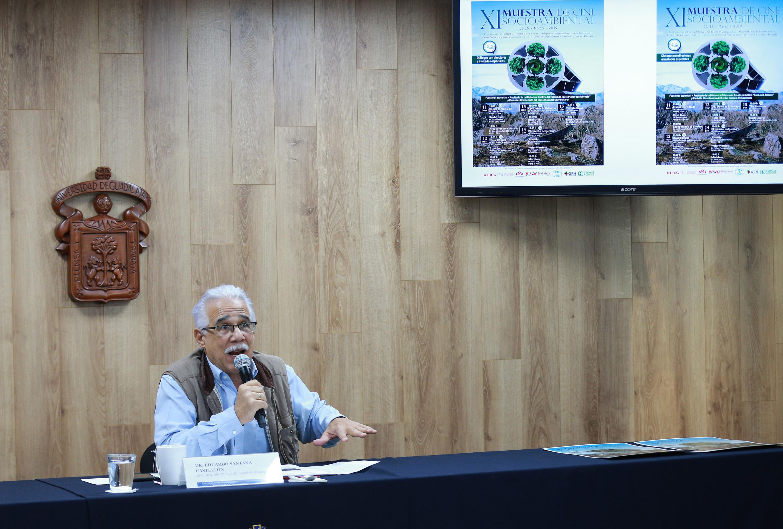 El doctor Eduardo Santana Castellón en la mesa de prensa dede la Universidad de Guadalajara