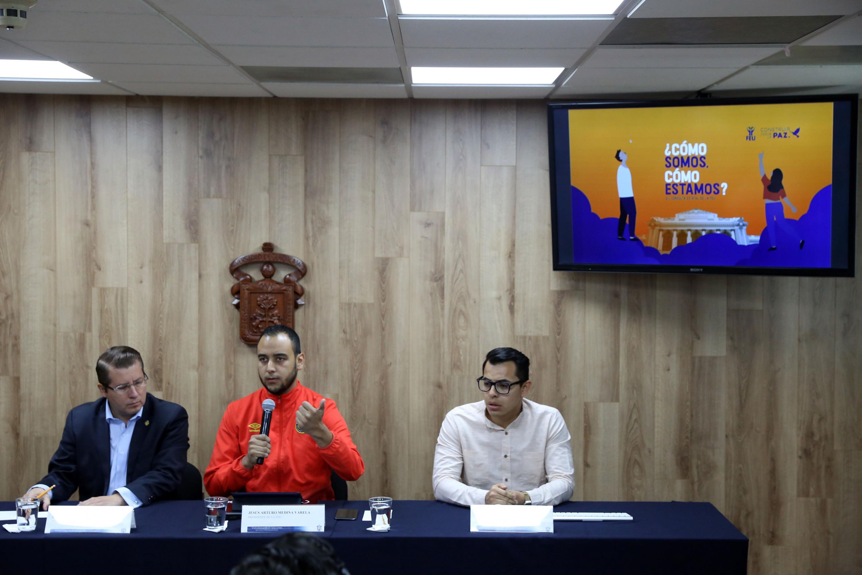 Presidente de la FEU, Jesús Arturo Medina Varela, hablando frente al micrófono durante rueda de prensa