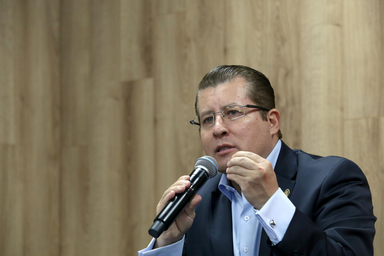 Defensor de los Derechos Universitarios, doctor Dante Haro Reyes, haciendo uso de la palabra durante rueda de prensa