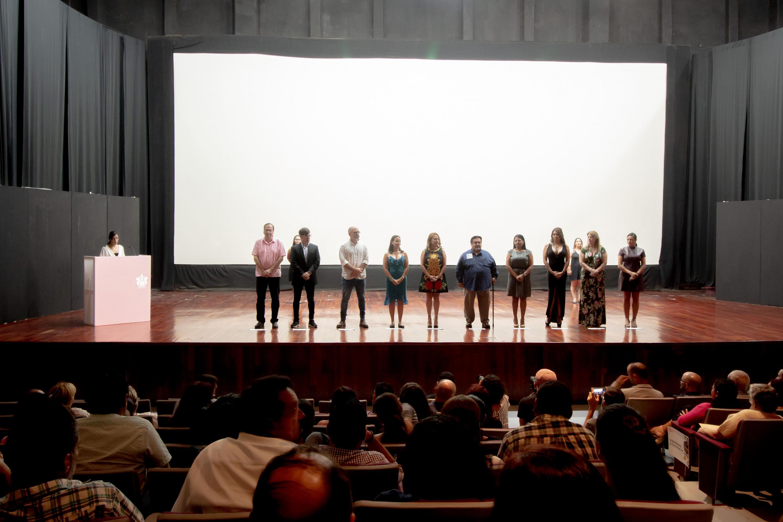 Representantes del cine, del municipio de Puerto Vallarta y del Centro Universitario de la Costa participando en el acto inaugural.