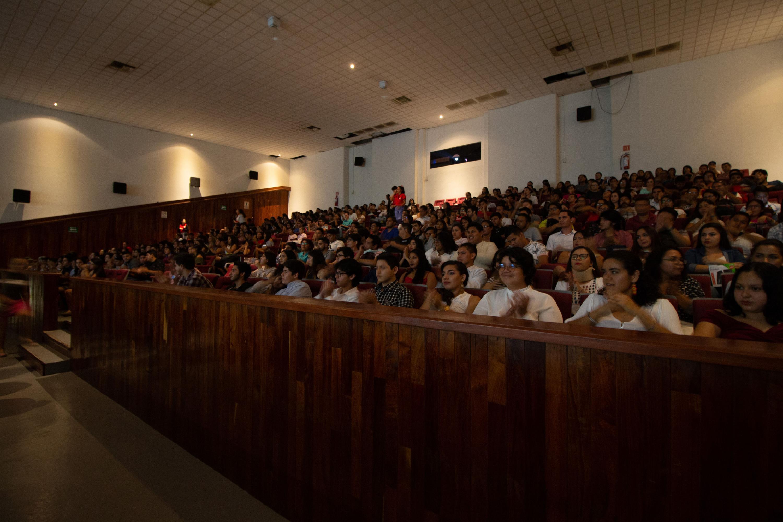 Público asistente a la inauguración del Festival Internacional de Cine en Puerto Vallarta (FICPV), en las instalaciones del Centro Universitario de la Costa (CUCosta).