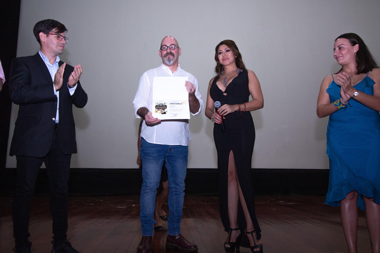 Sebastián del Amo, director de la película mexicana El complot mongol, recibiendo reconocimiento durante el evento.