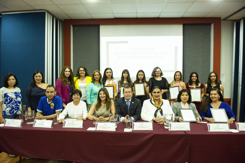 Las 10 homenajeadas y los miembros de la mesa de presidium se tomaron una foto grupal al termino de la ceremonia