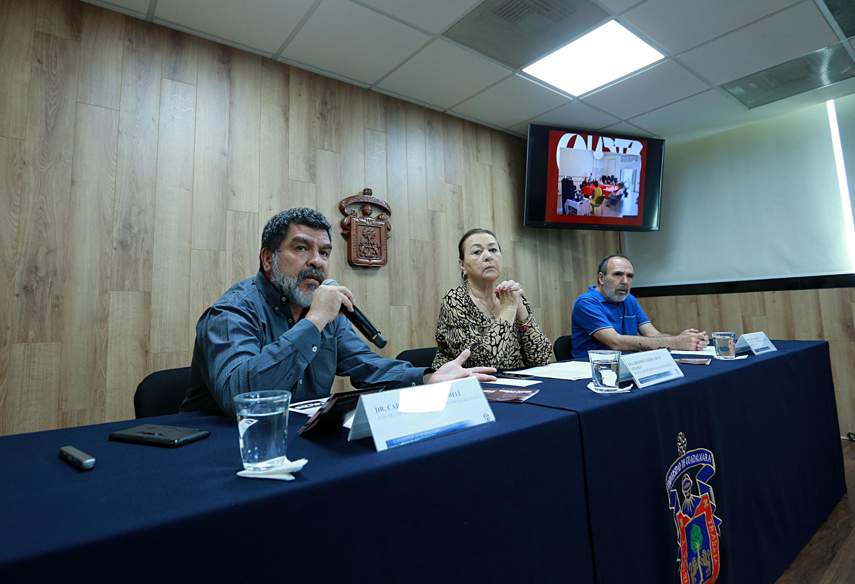 Jefe del Departamento de Artes Escénicas, doctor Carlos Vázquez Lomelí, hablando frente al micrófono durante rueda de prensa