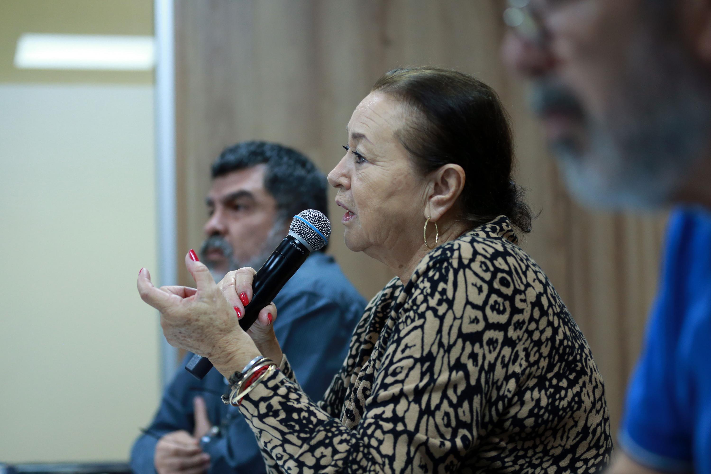 Jefa del Departamento de Artes Plásticas, del Centro Universitario de Arte, Arquitectura y Diseño (CUAAD), maestra Dolores Aurora Ortiz Minique, haciendo uso de la palabra durante rueda de prensa
