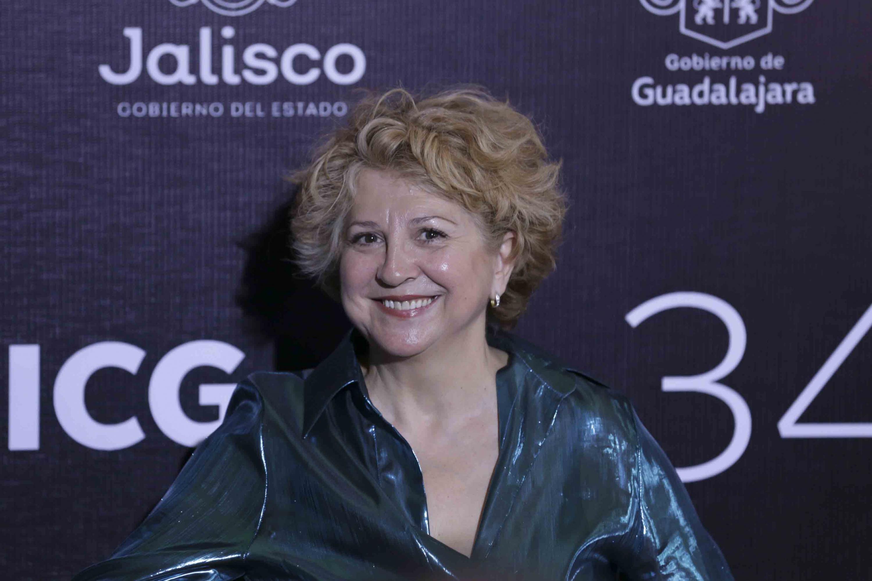 Productora española Esther García, galardonada con el premio Mayahuel Iberoamericano, desfilando por la alfombra roja.