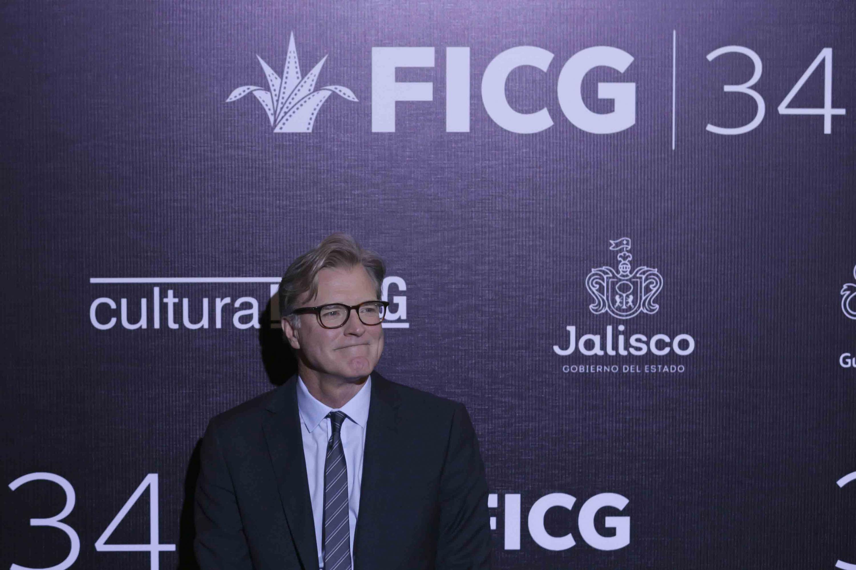 """John Lee Hancock, director de la película """"Emboscada final"""", desfilando por la alfombra roja."""