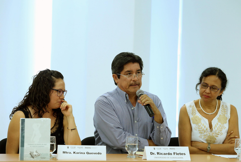 Doctor Ricardo Fletes haciendo uso de la palabra durante la presentación de libro