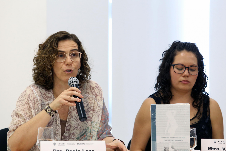 Doctora Paola Lazo haciendo uso de la palabra durante presentación del libro