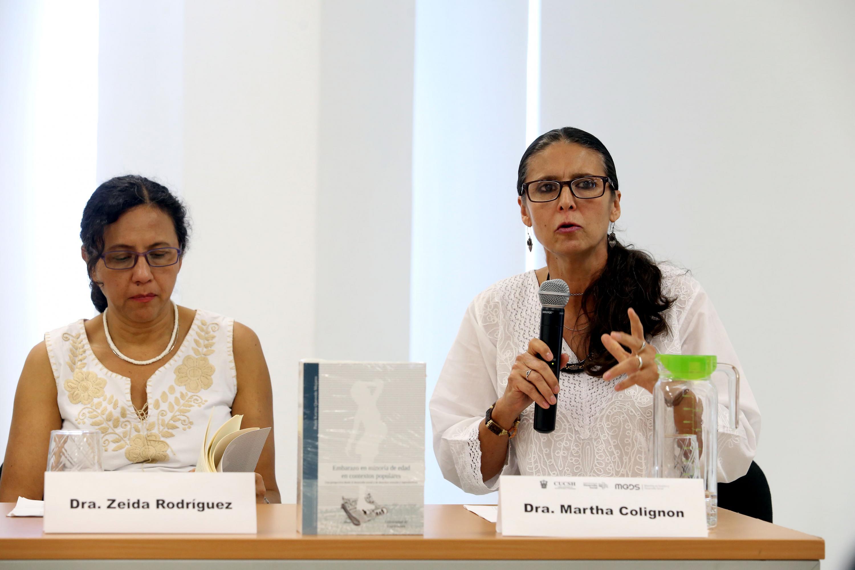 Doctora Martha Collignon Goribar, hablando frente al micrófono durante presentación del libro