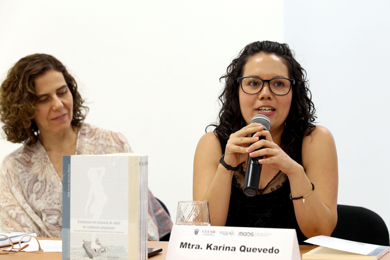 Maestra Paula Karina Quevedo Mojarro, haciendo uso de la palabra durante presentación de su libro