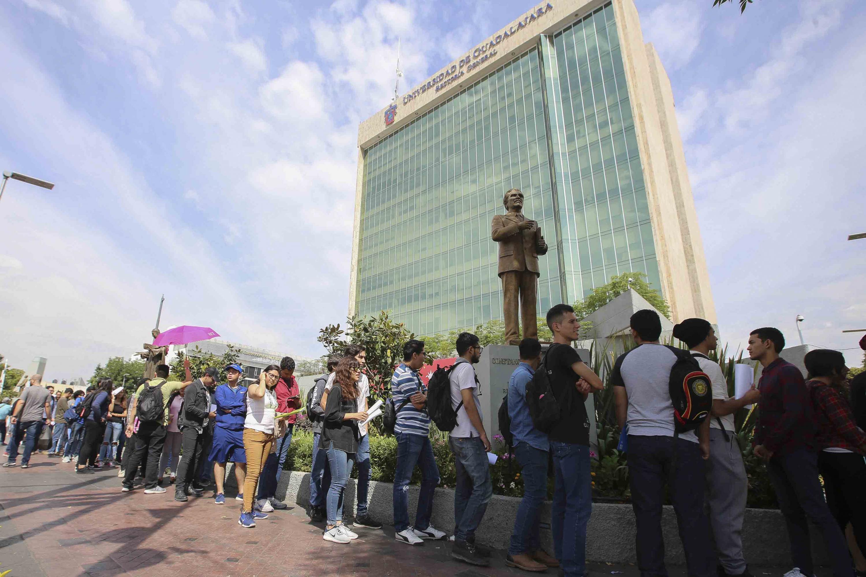 La fila le daba vuelta a la manzana del Edificio de Rectoría General de la Universidad de Guadalajara