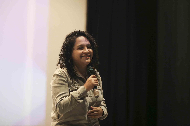 La representante de Talent Land, Emelyn Medina hablando desde el escenario del cineforo