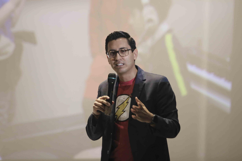 Teotl Macias Bravo hablando  desde el escenario del cineforo