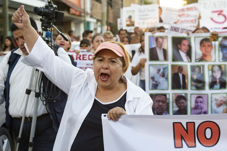 Mujer asistente a la marcha con cartel en mano