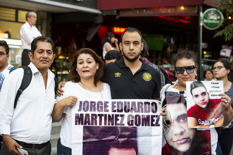 Presidente de la FEU junto con familiares de jovenes desaparecidos durante la Marcha para no olvidar