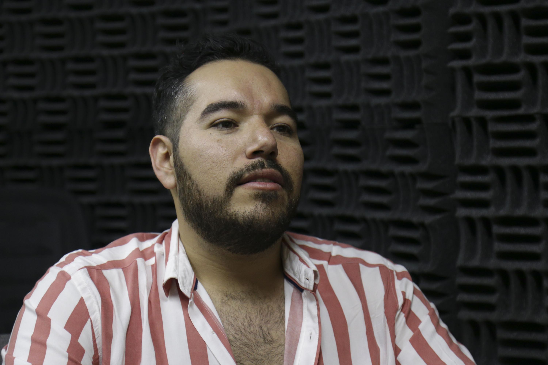 Juan Roberto Hernández Villalobos, licenciado en Comunicación Pública del Centro Universitario de Ciencias Sociales y Humanidades (CUCSH), participando en entrevista.